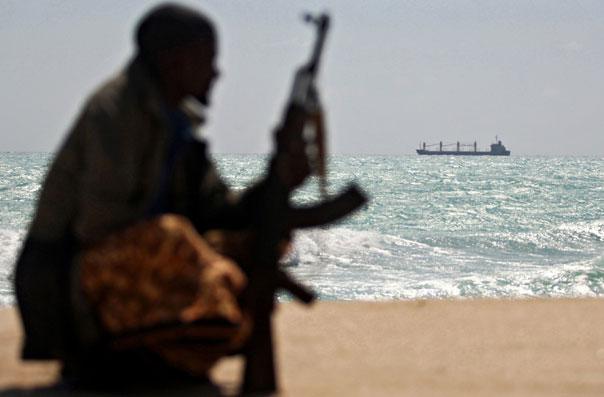 Пират с автоматом на фоне моря