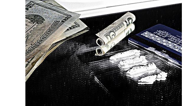 Свёрнутые трубочкой доллары и кокаин