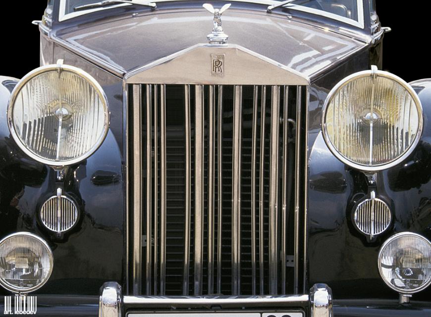 Штрих-код-Роллс-Ройс с логотипом студии Артемия Лебедева, выполненным в виде штрих-кода